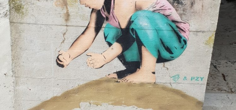 Jente i sanden