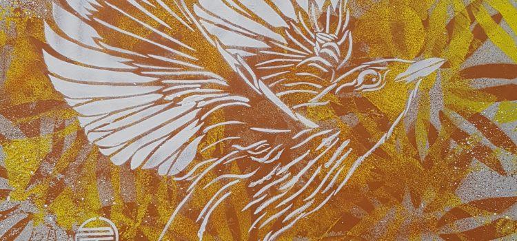 Fugl på gulbrun bakgrunn