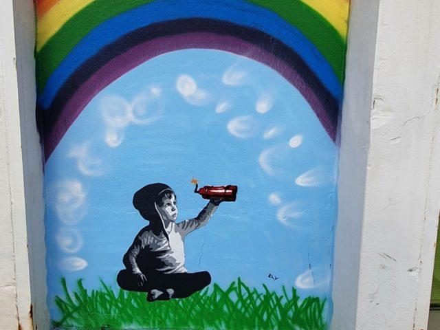Gutt under regnbuen